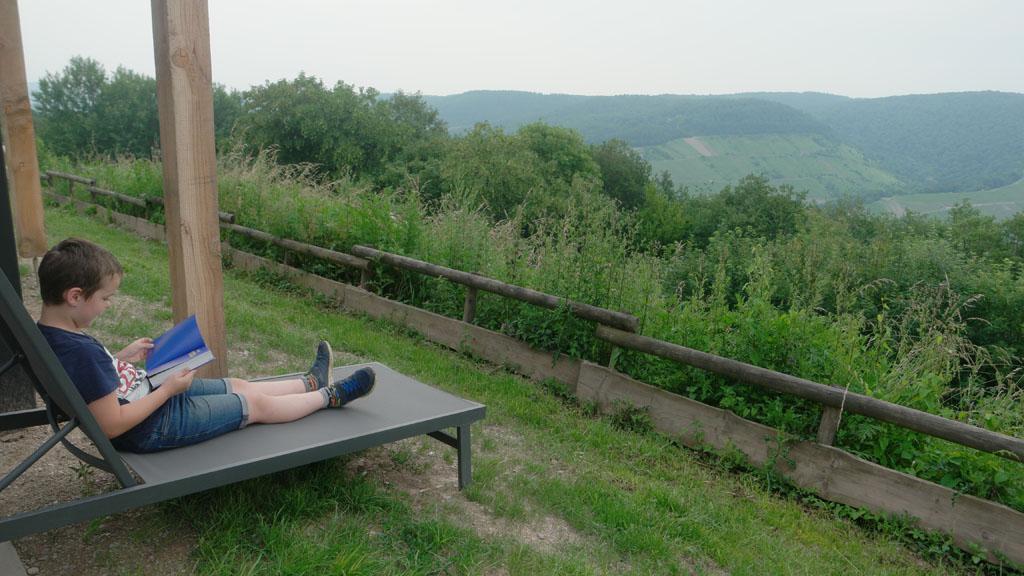 Camiel zit graag te lezen en kijkt ondertussen regelmatig naar het uitzicht.
