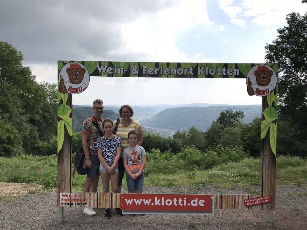 Ook vanaf de parkeerplaats van Wild und Freizeitpark Klotten hebben we een mooi uitzicht.