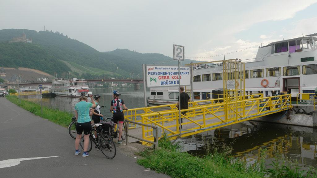 Eerst fietsen langs de Moezel en daarna met een boot terug.