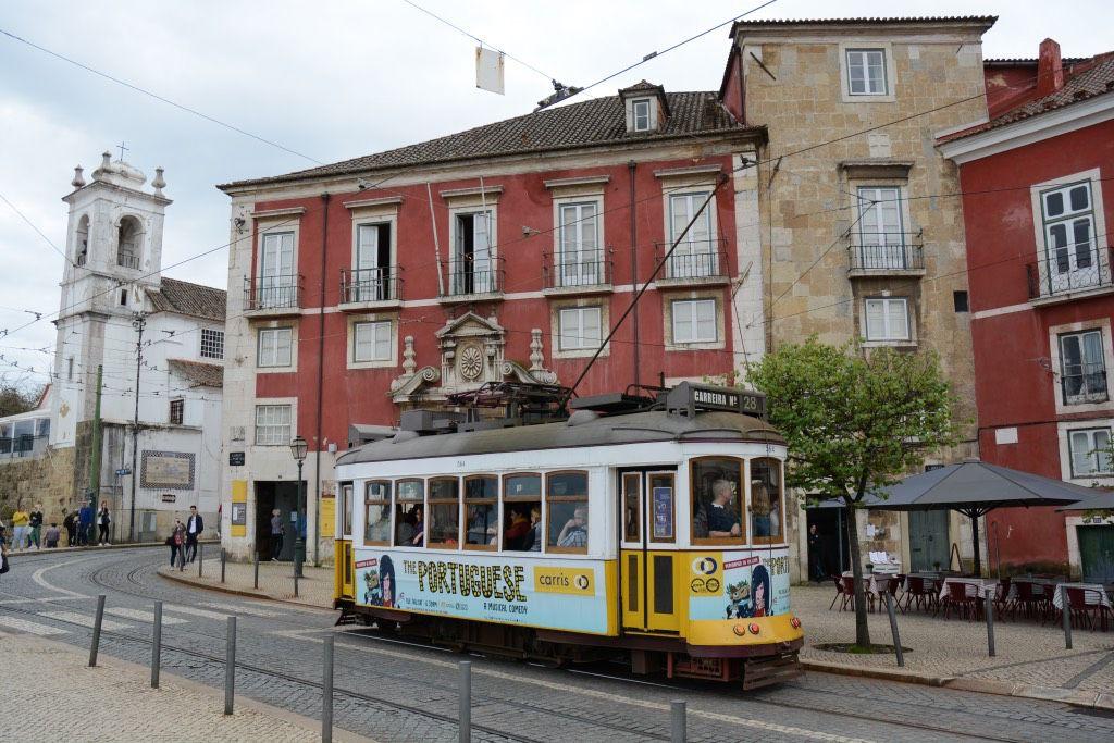 De beroemde tram 28 stopt onder andere op de Miradouro de Santa Lucia