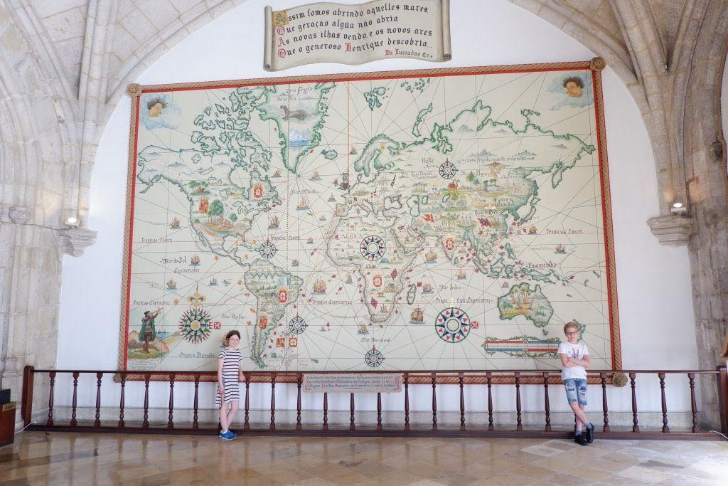 De hal van het Maritiem museum met de enorme landkaart