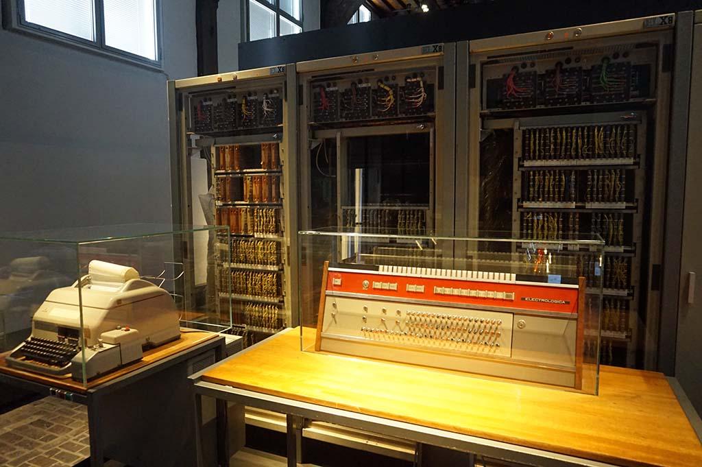 Dit is één van de eerste computers in Nederland. Wat een verschil met de kleine laptops van nu