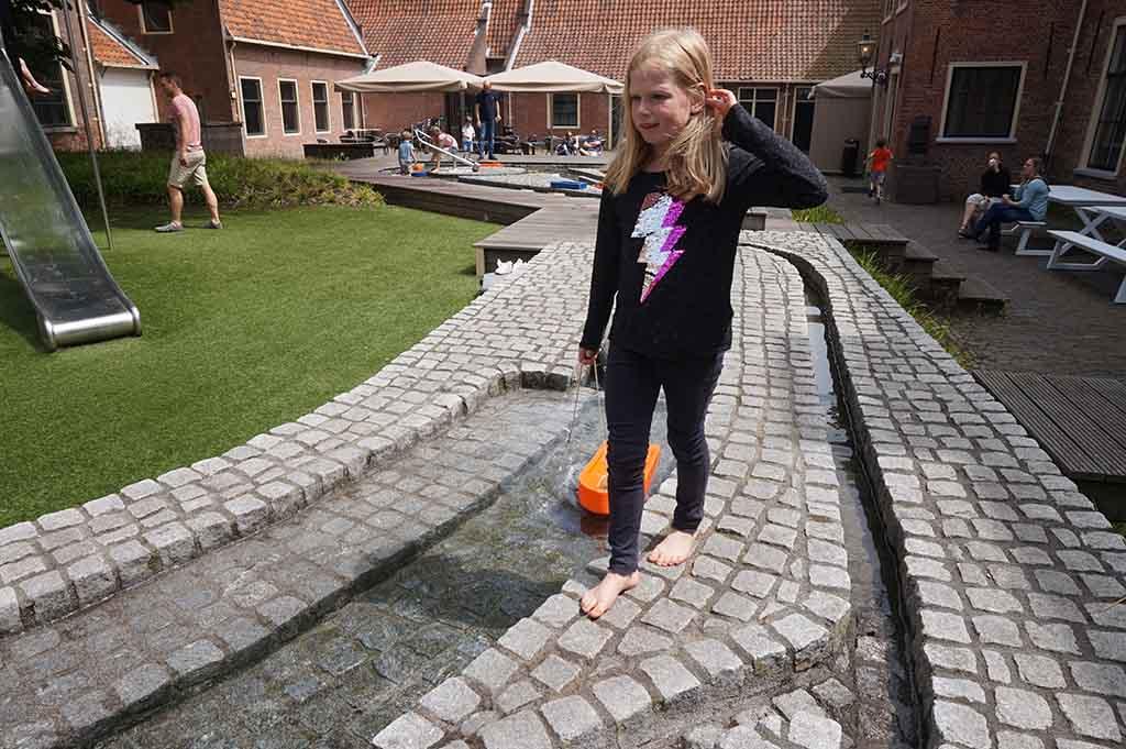 Buiten is een waterspeelplaats met sluisjes, watermolens en bootjes