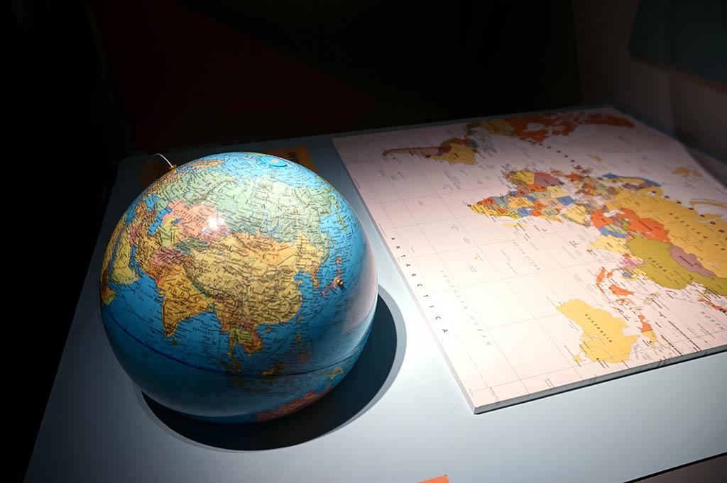 Hoe krijg je de ronde aarde op een platte tekening?