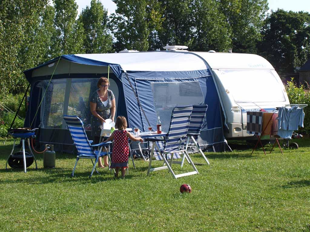 Onze vroegere caravan met voortent, je kunt zien aan de rimpels in de voortent dat deze niet goed staat.