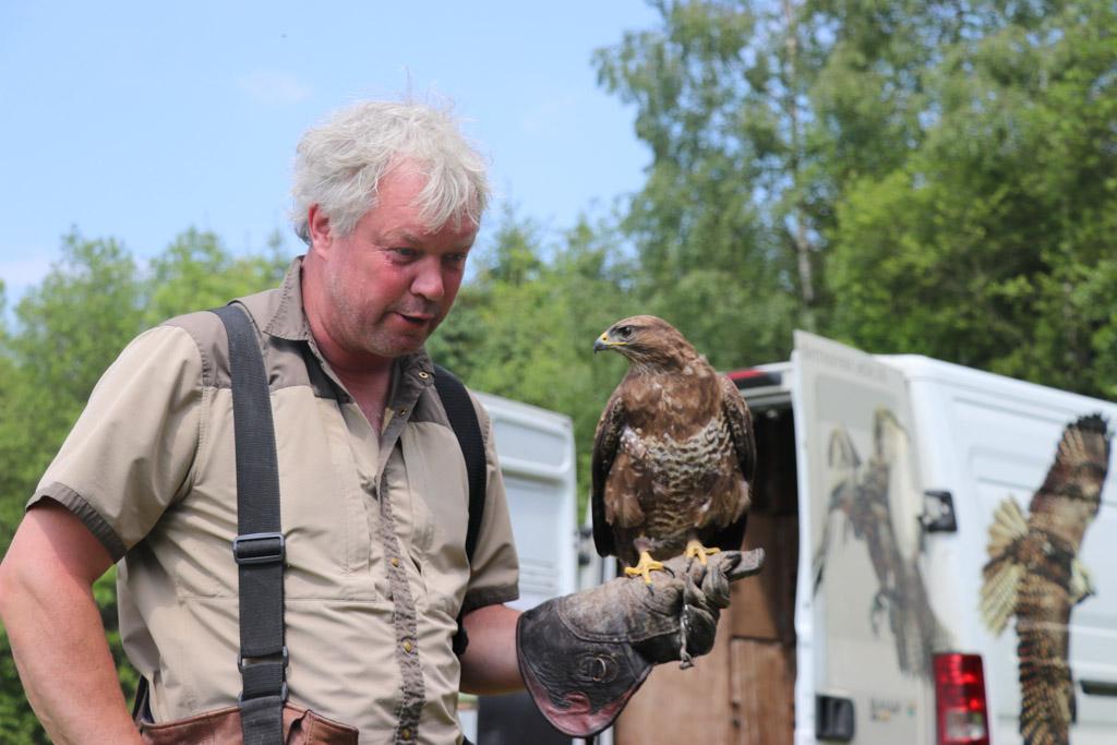 Ruben van Maaren geeft een roofvogelworkshop op Parc la Clusure.