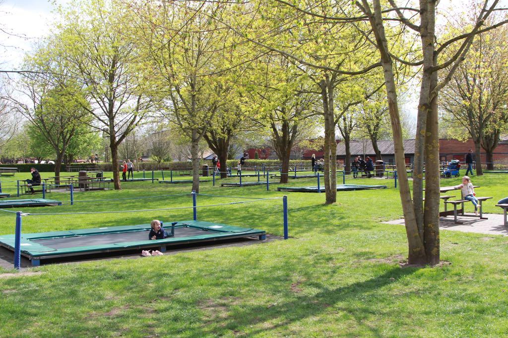 Even een pauze op de trampolines in de grote speeltuin en picknickweide van Djurs Sommerland.