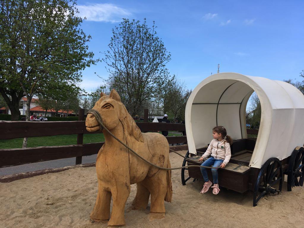Cowgirl spelen in de speeltuin in Westernland.