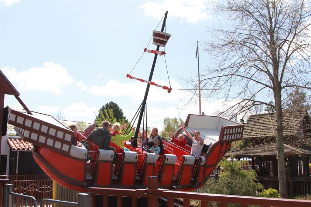 Geen achtbanen, maar wel genoeg andere attracties voor kleine kinderen in LEGOland, zoals dit schommelschip.