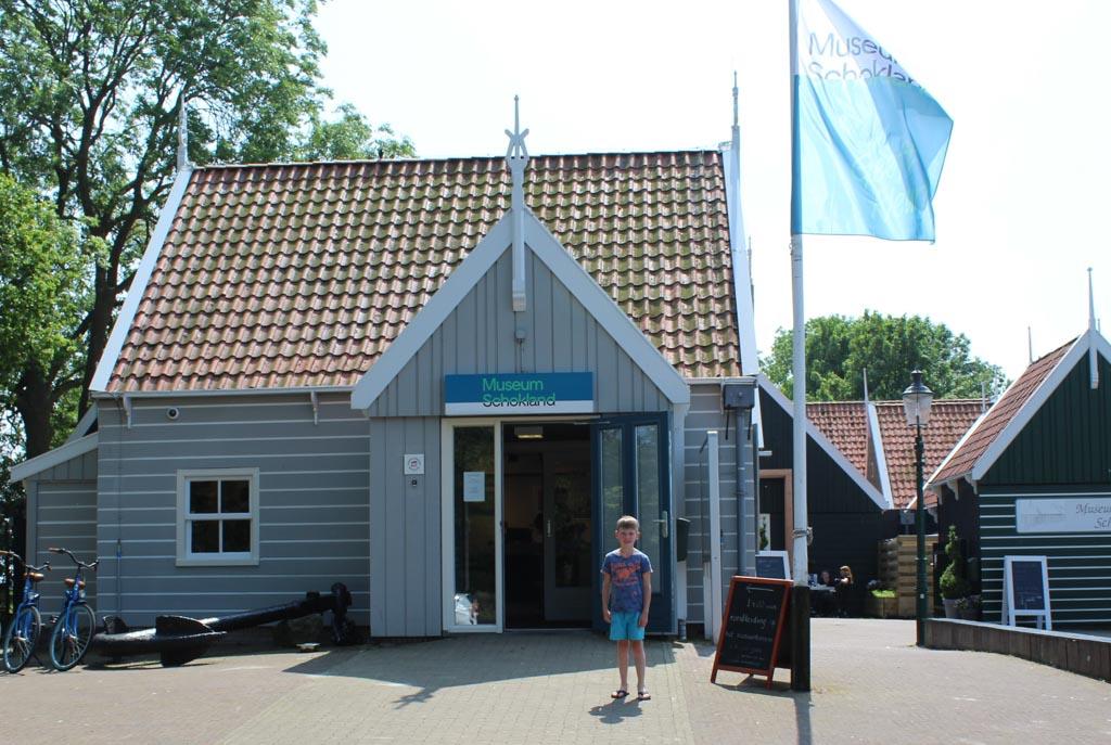 Entree van museum Schokland in een gerestaureerde woning.
