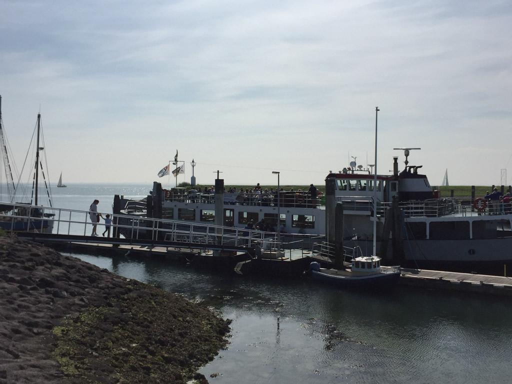 In de verte zien we passagiersschip De Onrust al liggen.