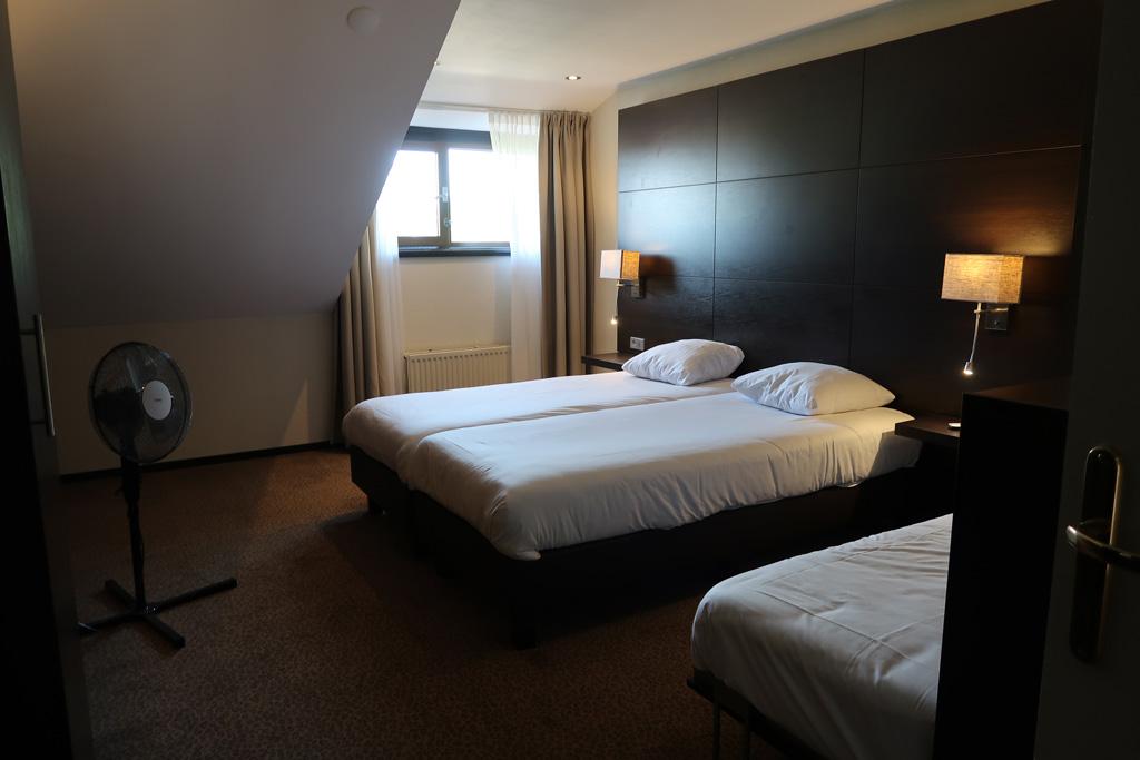 Ook de kamer voor de kinderen is groot. Er passen met gemak drie bedden in.