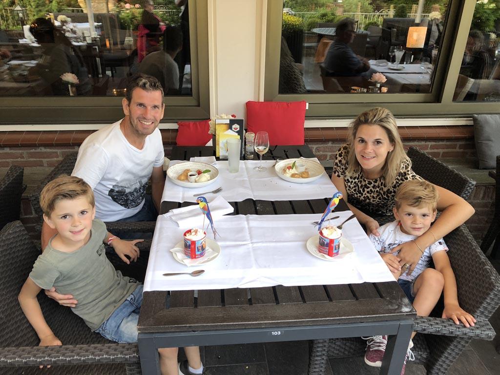Wij eten 's avonds lekker in het Van der Valk Avifauna restaurant.