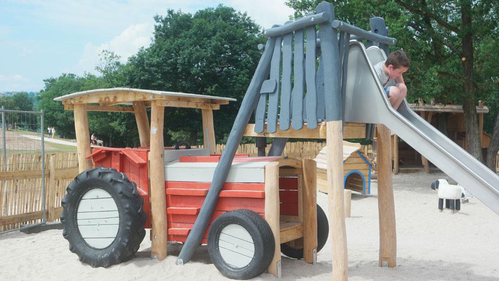 Vooral voor kleine kinderen heeft de speeltuin veel leuke onderdelen.