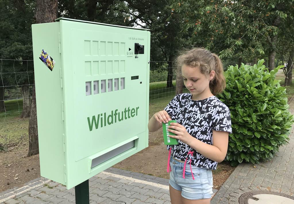 Op verschillende plekken staan automaten met voer voor de dieren.