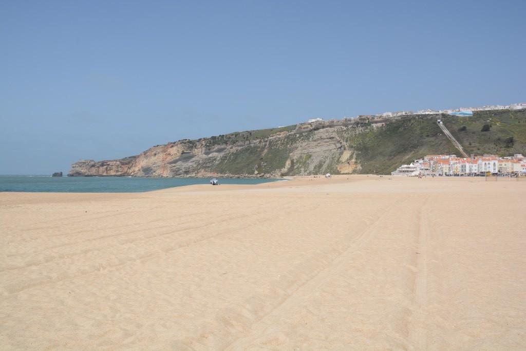 Het brede strand van Nazaré, met in de verte Sitio