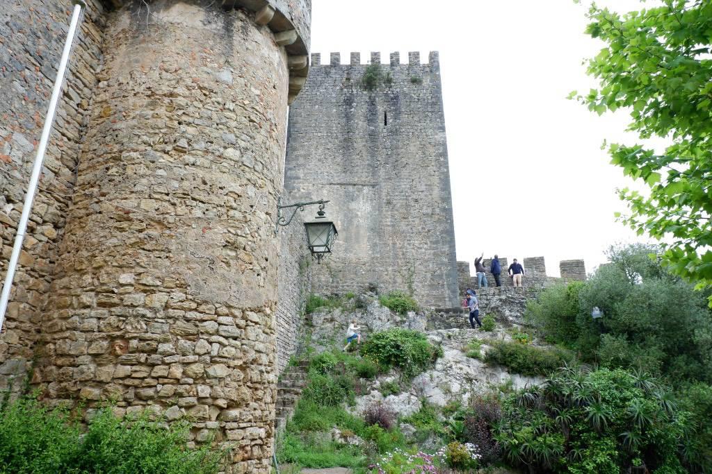 Klimmen op de stadsmuur van vestingstadje Óbidos