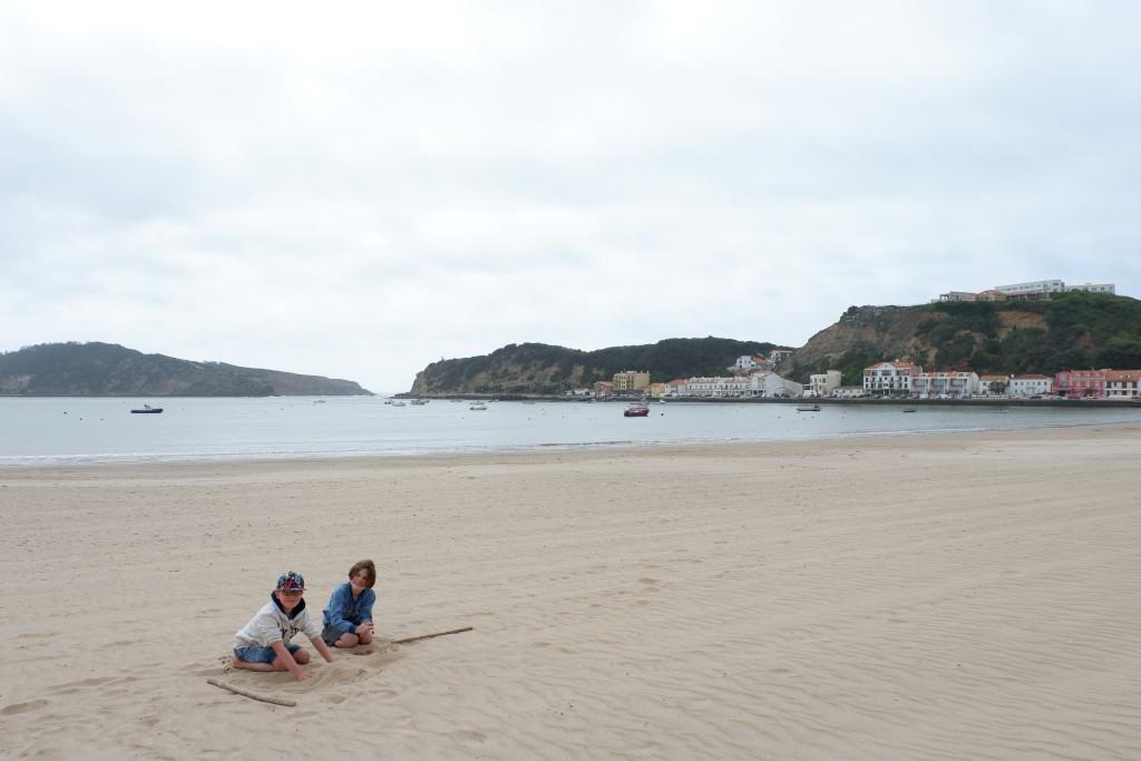 Spelen op het strand van Sao Martinho de Porto