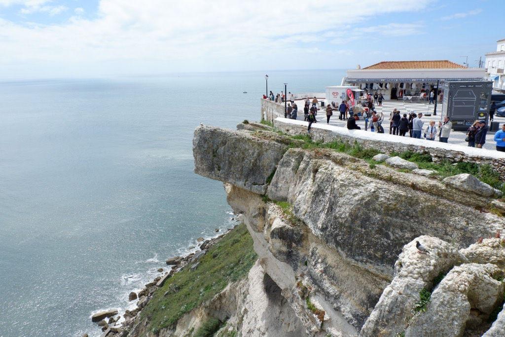 Het dorpje Sitio is gelegen op rots en biedt een prachtig uitzicht op de Atlantische Oceaan