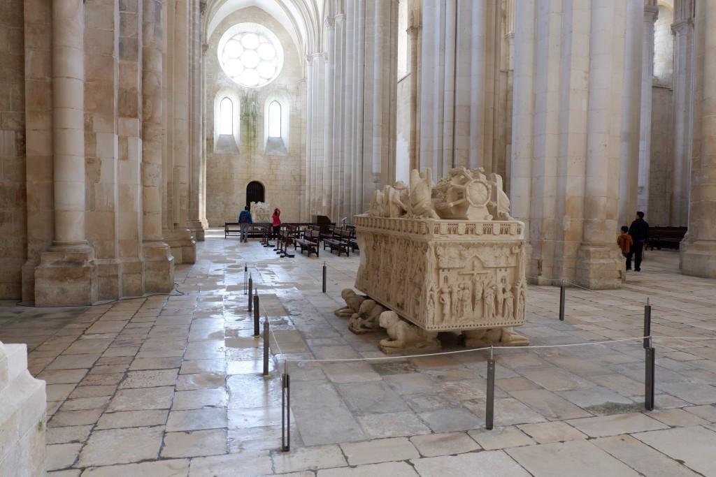 De graftombes van Peter en Ines in de kerk van Alcobaça