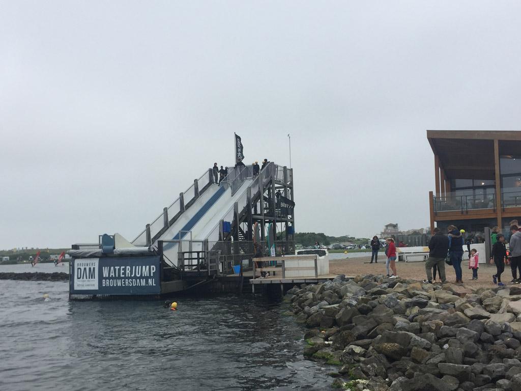 De waterjump schans van 8 meter hoog.