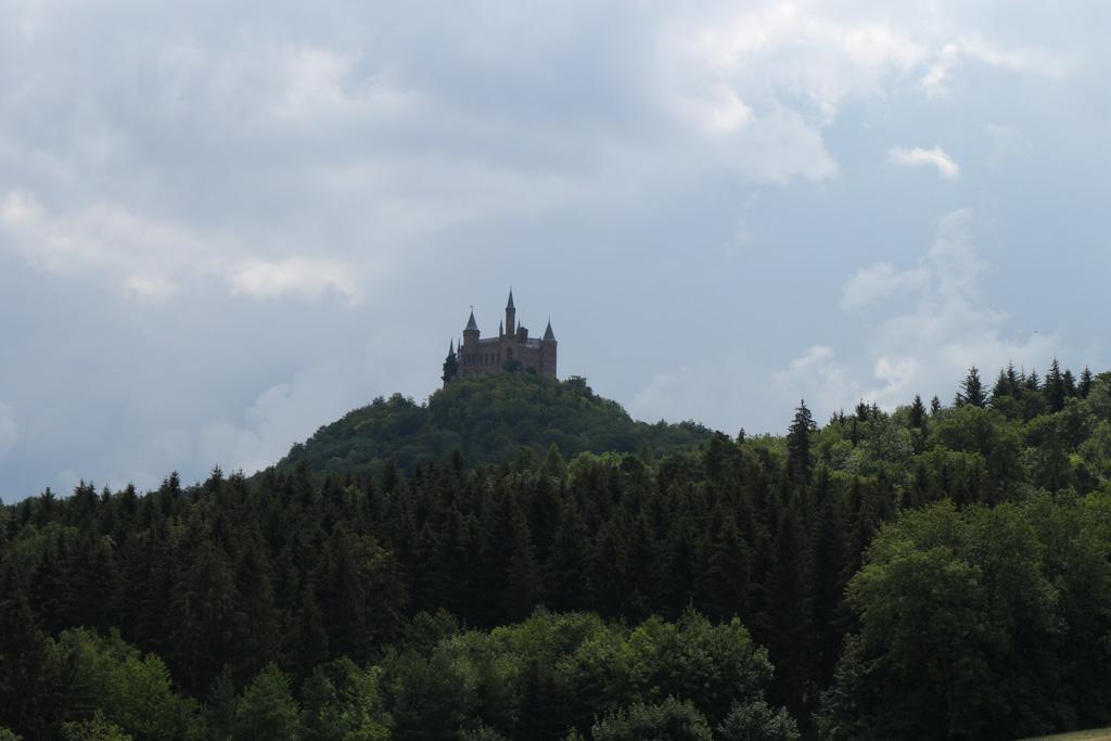 Burg Hohenzollern zien we al vanaf verre liggen.
