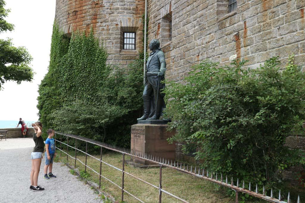 Rondom het kasteel staan beelden van eerdere eigenaren.