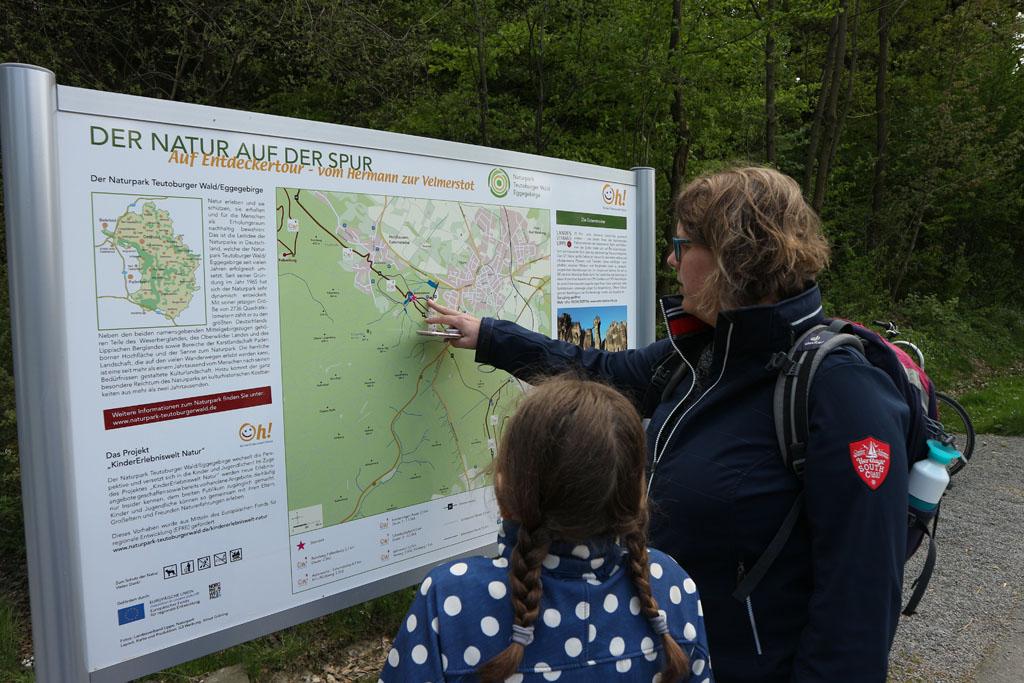 Op het bord zien we dat het niet ver lopen is naar de Externsteine. Ook ontdekken we de vele wandelroutes.
