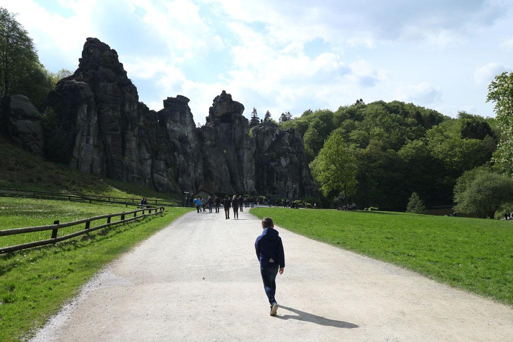 Eerst wandelen we door het bos en daarna zien we opeens de Externsteine liggen.