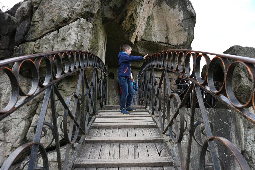 Met een bruggetje van de ene rots naar de andere.