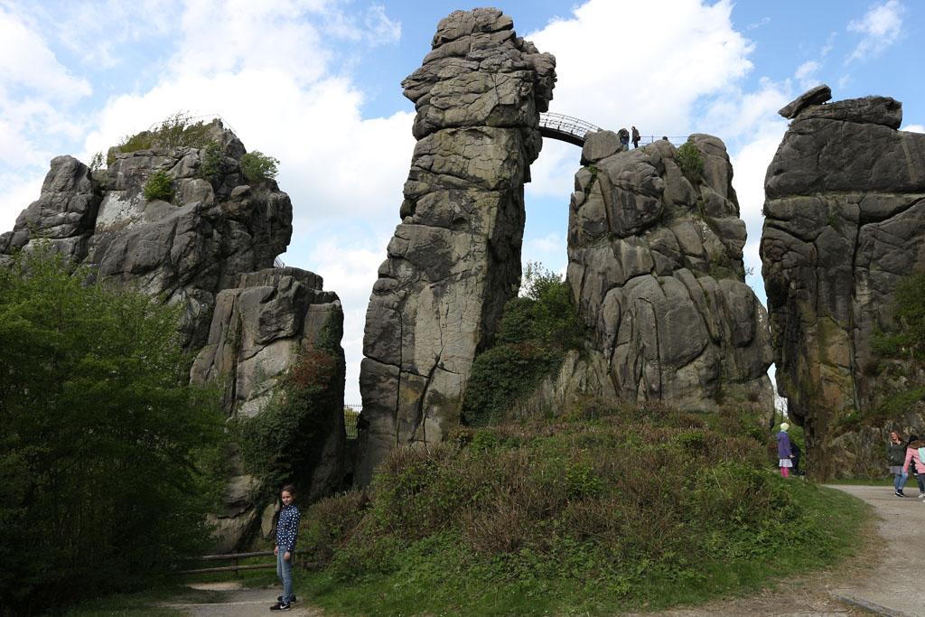 Dichterbij is de rotsformatie nog indrukwekkender. Zien jullie die brug?