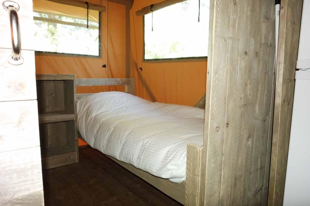 De slaapkamer met wel 3 bedden.