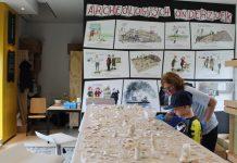 Een tafel vol scherven en uitleg van een echte archeoloog.