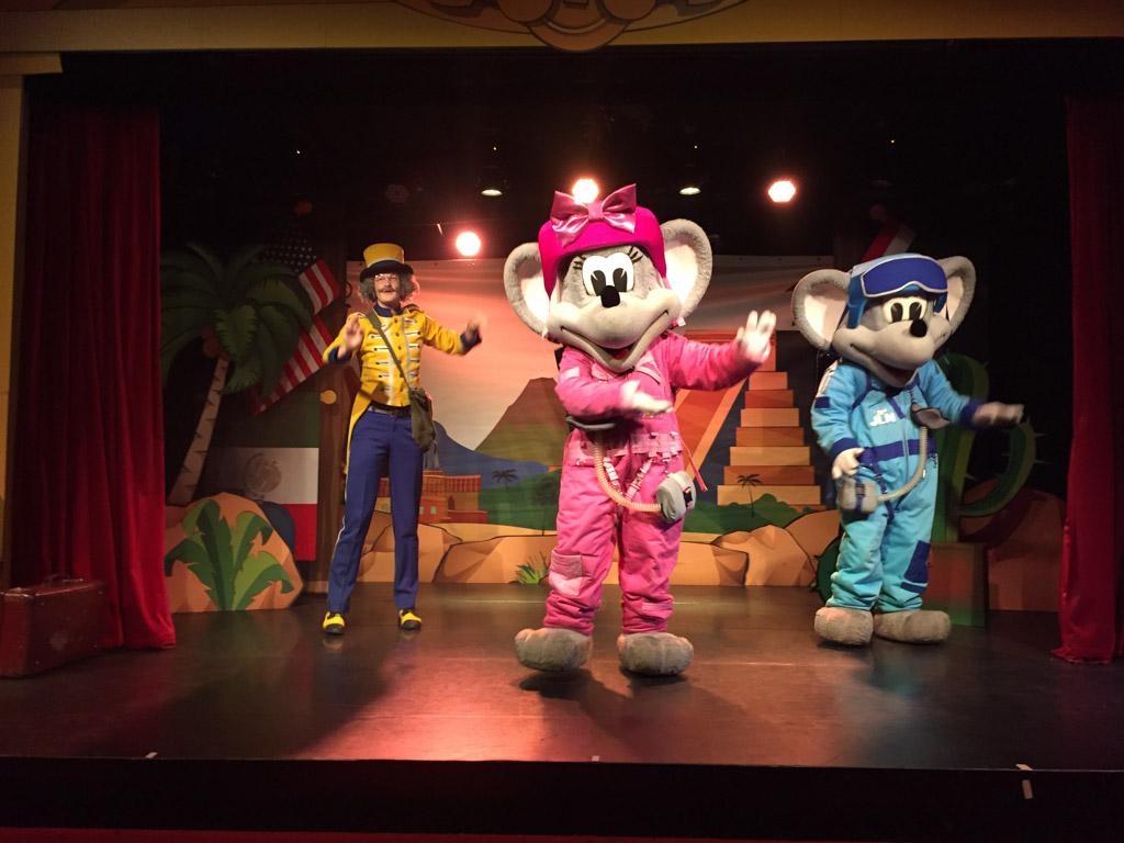 De karakters van de Reis om de Wereld show.