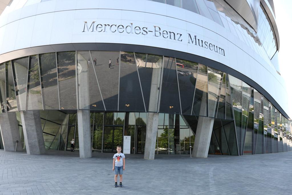 Voor de ingang van het Mercedes-Benz Museum.