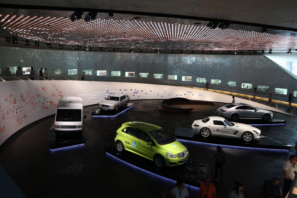 Ook de elektrische auto's ontbreken niet in het museum.