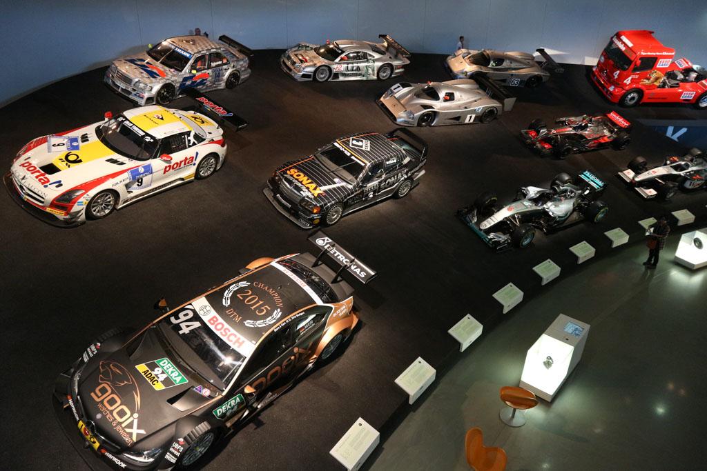 De race auto's in hun 'snelle' opstelling.