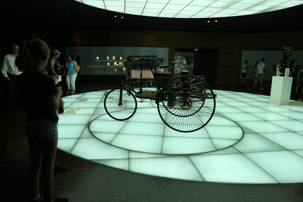De tentoonstelling begint bij het allereerste begin van voertuigen met een motortje.
