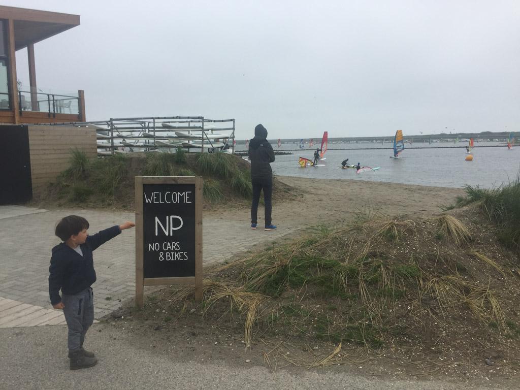 Kijk, wat veel surfers zijn er bij Brouwersdam.