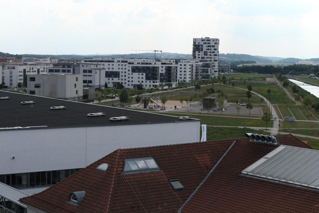 Vanaf de bovenste verdieping zie ik de speeltuin liggen.