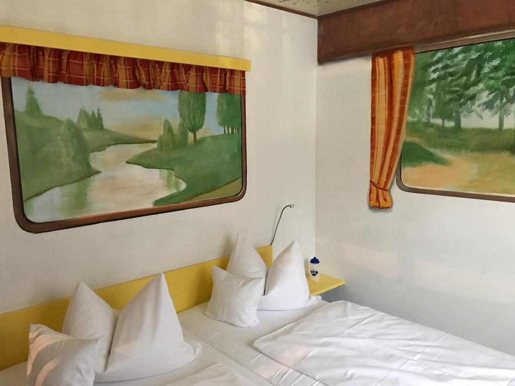 In de 'caravan' een goed 2-persoonsbed.