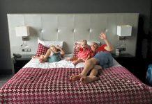 Eerst even het grote bed van pap en mam uitproberen