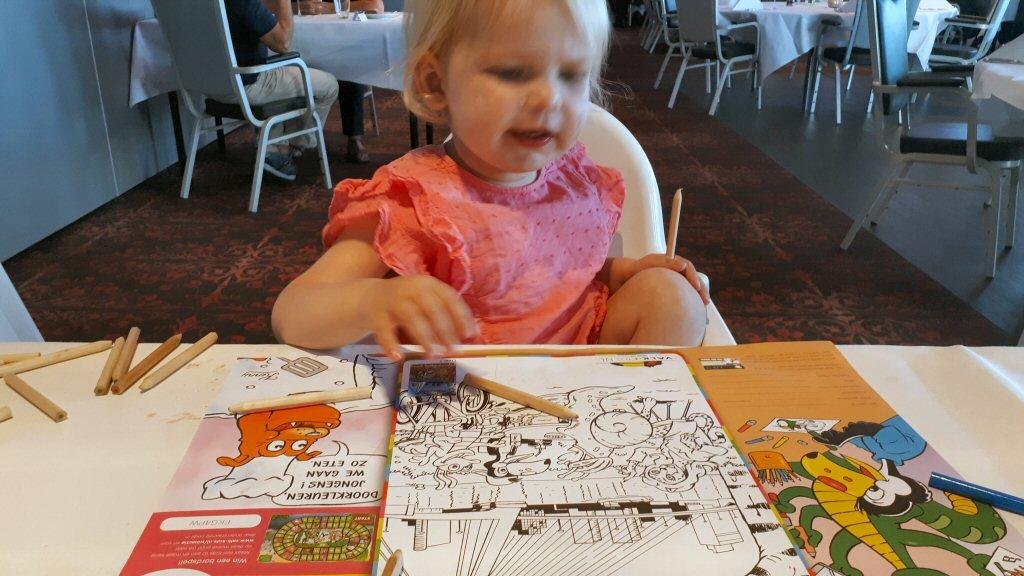 Olivia maakt een mooie kleurplaat in de kinderhoek