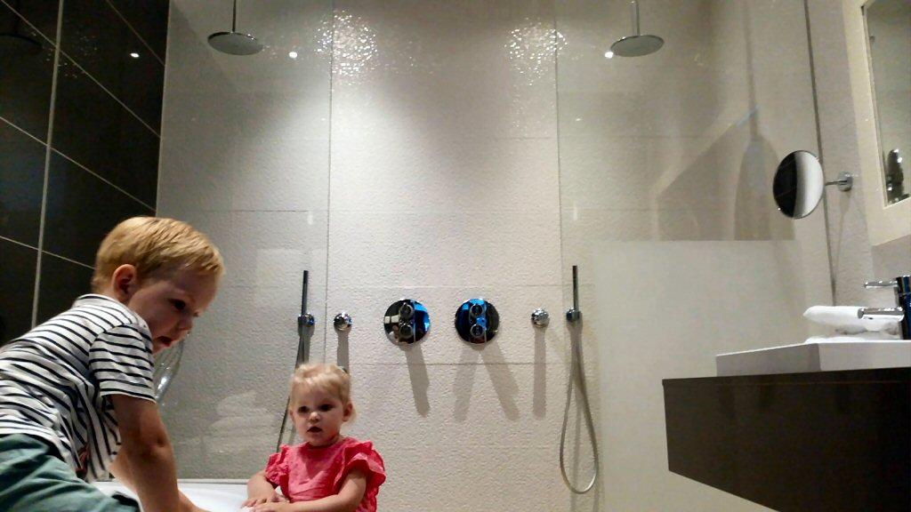 Wow! Wat is die douche groot, met twee regendouches en twee handdouches