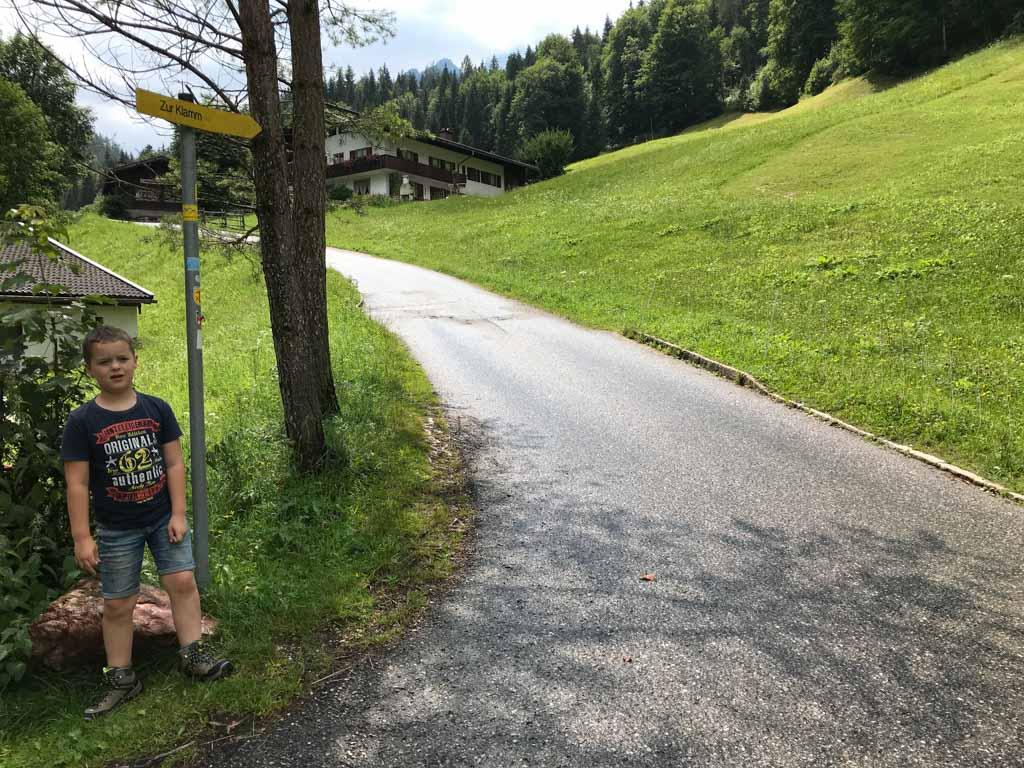 Via een asfaltpad lopen we naar de ingang van de Wimbachkloof.