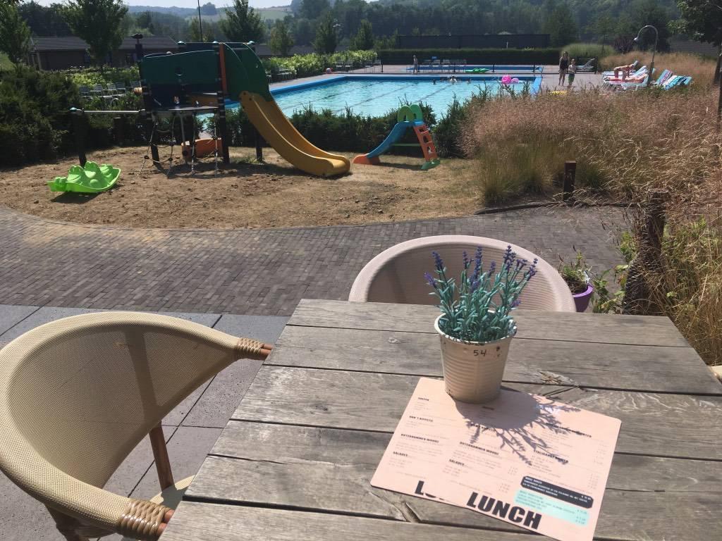 Openluchtzwembad in Zuid-Limburg? Lekker eten en zwemmen bij restaurant Woodz