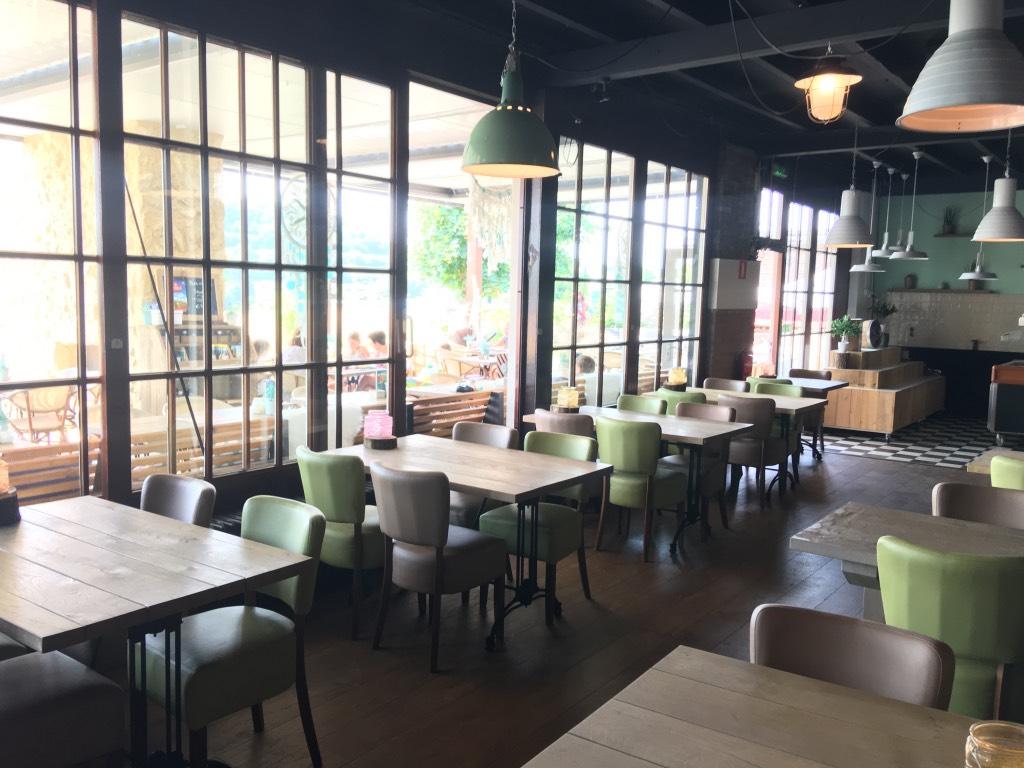 De grote ramen zorgen voor veel licht in het restaurant