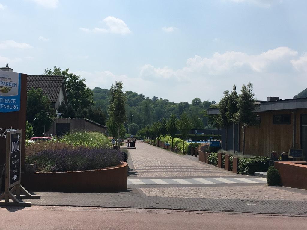 De entree van het vakantiepark, met rechts de receptie en daarachter het zwembad en restaurant