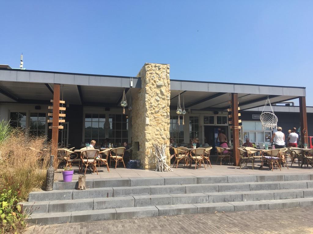 Het ruime overdekte terras in Ibiza-style van restaurant Woodz