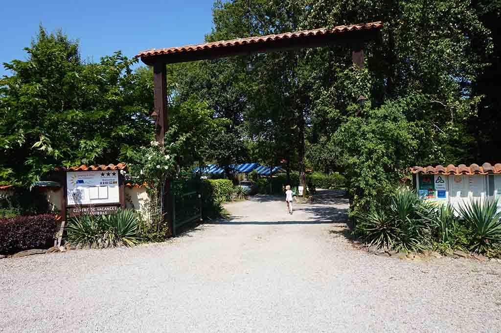 De toegangspoort tot camping En Campagne in de Charente